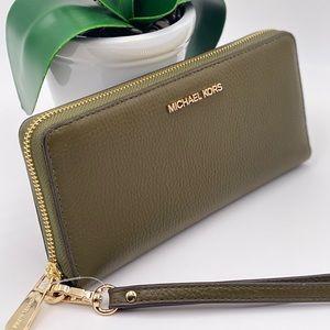 Michael Kors Large Continental Wallet Wrislet